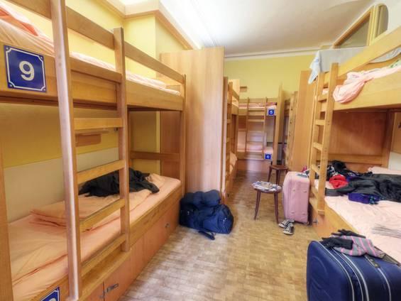 Hotel kaufen, Jugendherberge, Hostel, Stockbetten, Foto: iStock/DaveLongMedia