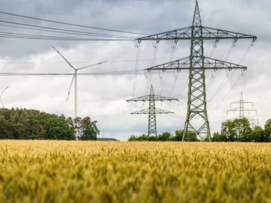 Hochspannungsleitung, Windkraftanlage, Acker, Feld, Foto: hykoe/fotolia.com