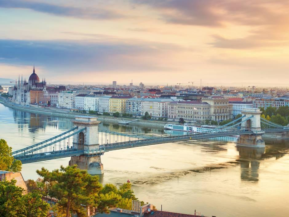 Immobilienkauf in Ungarn, Kettenbrücke Budapest, Foto: iStock / Peter_Horvath