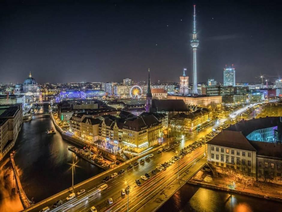Berlin, Blick über den Ortsteil Mitte bei Nacht, Foto: Stefan Widua/unsplash.com