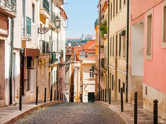 Portugal, Lissabon, Gasse, Foto: iStock/Samuel_Miles