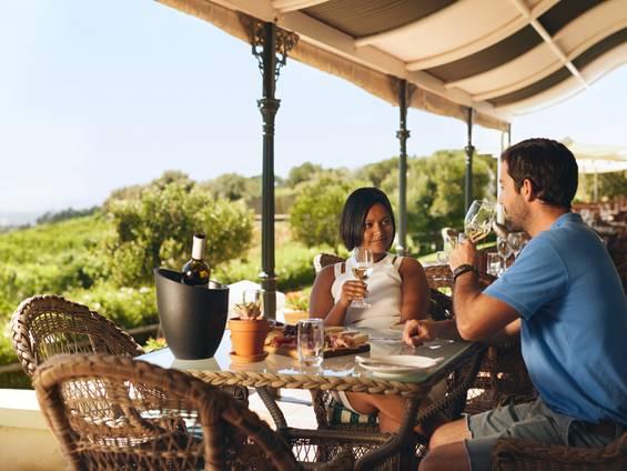 Weinberg kaufen, Ausstattung, Restaurant, Foto: iStock/ jacoblund